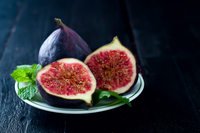 fresh figs in a plate on rustic wooden table 11098083270| 写真素材・ストックフォト・画像・イラスト素材|アマナイメージズ