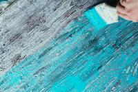 closeup hand use brush paint white blue on wood surface 11098084870| 写真素材・ストックフォト・画像・イラスト素材|アマナイメージズ