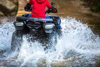 The girl driving an ATV through the river Spree. 11098085210| 写真素材・ストックフォト・画像・イラスト素材|アマナイメージズ
