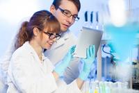 Health care professionals in lab. 11098086255  写真素材・ストックフォト・画像・イラスト素材 アマナイメージズ