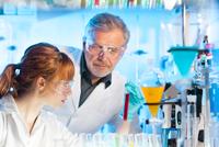Health care professionals in lab. 11098086258  写真素材・ストックフォト・画像・イラスト素材 アマナイメージズ