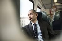Man looking through train window 11100000371| 写真素材・ストックフォト・画像・イラスト素材|アマナイメージズ