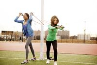 Two Women Doing Resistance Training 11100001782| 写真素材・ストックフォト・画像・イラスト素材|アマナイメージズ