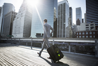 Businessman walking with suitcase 11100002147| 写真素材・ストックフォト・画像・イラスト素材|アマナイメージズ