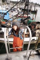 Woman in fishing gear on ship 11100003719| 写真素材・ストックフォト・画像・イラスト素材|アマナイメージズ
