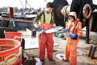 Crab fishermen working on boat 11100003722| 写真素材・ストックフォト・画像・イラスト素材|アマナイメージズ