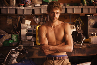 New York City, Portrait of young man standing with arms crossed in front workbench and motorcycle 11100004865| 写真素材・ストックフォト・画像・イラスト素材|アマナイメージズ
