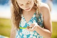 Girl (6-7) holding frog 11100006033| 写真素材・ストックフォト・画像・イラスト素材|アマナイメージズ