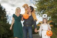 Family with two children (2-3) (6-7) trick or treating 11100006048| 写真素材・ストックフォト・画像・イラスト素材|アマナイメージズ