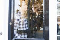 View of couple embracing behind door 11100010769  写真素材・ストックフォト・画像・イラスト素材 アマナイメージズ