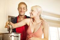 Couple cooking crabs together 11100010927| 写真素材・ストックフォト・画像・イラスト素材|アマナイメージズ