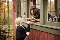 Friends sharing pumpkin pie 11100010966| 写真素材・ストックフォト・画像・イラスト素材|アマナイメージズ
