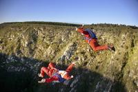 Two men skydiving in Santa Claus Costumes 11100011770| 写真素材・ストックフォト・画像・イラスト素材|アマナイメージズ