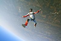 Man skydiving 11100011775| 写真素材・ストックフォト・画像・イラスト素材|アマナイメージズ