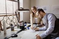 Couple of designers sketching in studio 11100011871| 写真素材・ストックフォト・画像・イラスト素材|アマナイメージズ