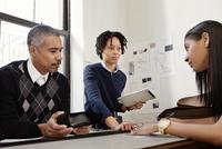Group of shoe designers with tablet in studio 11100011876| 写真素材・ストックフォト・画像・イラスト素材|アマナイメージズ