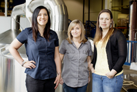 Portrait of three brewery workers 11100011956| 写真素材・ストックフォト・画像・イラスト素材|アマナイメージズ