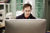 Brewery worker using computer 11100012025| 写真素材・ストックフォト・画像・イラスト素材|アマナイメージズ