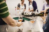Chef pouring wine 11100013163| 写真素材・ストックフォト・画像・イラスト素材|アマナイメージズ