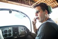 Pilot preparing to flight 11100013178| 写真素材・ストックフォト・画像・イラスト素材|アマナイメージズ