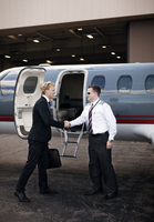 Businessman and pilot shaking hands 11100013194| 写真素材・ストックフォト・画像・イラスト素材|アマナイメージズ