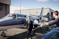 Welcome of businessman getting off private plane on airport runway 11100013196| 写真素材・ストックフォト・画像・イラスト素材|アマナイメージズ
