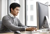 Business man working on computer in office 11100015104| 写真素材・ストックフォト・画像・イラスト素材|アマナイメージズ