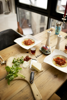 Freshly baked spaghetti and ingredients on table 11100015194| 写真素材・ストックフォト・画像・イラスト素材|アマナイメージズ