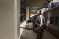 Businessman waiting for train 11100015207| 写真素材・ストックフォト・画像・イラスト素材|アマナイメージズ