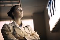 Doctor looking at x-ray image 11100017278| 写真素材・ストックフォト・画像・イラスト素材|アマナイメージズ