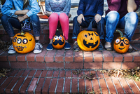 Woman and children (10-11) with pumpkins decorated for Halloween 11100020855| 写真素材・ストックフォト・画像・イラスト素材|アマナイメージズ