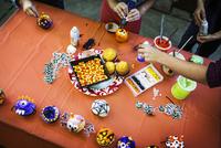 Woman and children preparing food for Halloween 11100020861| 写真素材・ストックフォト・画像・イラスト素材|アマナイメージズ