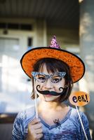 Girl (10-11) wearing mask and hat for Halloween 11100020865  写真素材・ストックフォト・画像・イラスト素材 アマナイメージズ