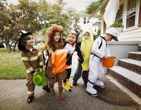 Children (4-5) wearing costumes on halloween 11100020937| 写真素材・ストックフォト・画像・イラスト素材|アマナイメージズ