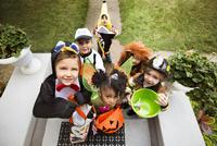 Children (2-3, 4-5) wearing costumes on halloween 11100020941| 写真素材・ストックフォト・画像・イラスト素材|アマナイメージズ