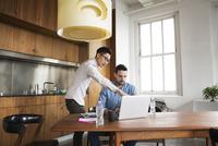 Young men working on laptop in studio 11100022831| 写真素材・ストックフォト・画像・イラスト素材|アマナイメージズ