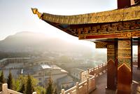 Display of traditional architecture overlooking town of Shangri-La 11100023202| 写真素材・ストックフォト・画像・イラスト素材|アマナイメージズ