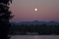 Moon rising over mountains 11100023228| 写真素材・ストックフォト・画像・イラスト素材|アマナイメージズ