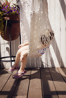 Girl (4-5) hanging in hammock 11100023457| 写真素材・ストックフォト・画像・イラスト素材|アマナイメージズ