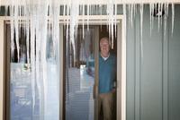 Senior man looking trough window 11100023514| 写真素材・ストックフォト・画像・イラスト素材|アマナイメージズ