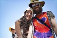 Couple at music festival 11100024126| 写真素材・ストックフォト・画像・イラスト素材|アマナイメージズ
