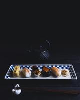 Sushi on tray 11100032802| 写真素材・ストックフォト・画像・イラスト素材|アマナイメージズ