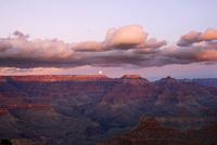 USA, Arizona, Grand Canyon National Park, Clouds and moon over Grand Canyon at dusk 11100033411| 写真素材・ストックフォト・画像・イラスト素材|アマナイメージズ