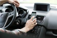 Cropped image of man using GPS on smart phone in car 11100035685  写真素材・ストックフォト・画像・イラスト素材 アマナイメージズ