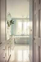 Bathtub in domestic bathroom 11100038959| 写真素材・ストックフォト・画像・イラスト素材|アマナイメージズ
