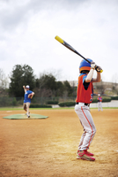 Side view of boy playing baseball with coach on field against sky 11100038992| 写真素材・ストックフォト・画像・イラスト素材|アマナイメージズ