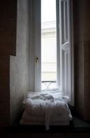 Bathrobes stacked on window sill in bathroom 11100039831| 写真素材・ストックフォト・画像・イラスト素材|アマナイメージズ