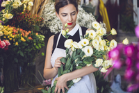 Female florist holding bunch of flowers in shop 11100040752| 写真素材・ストックフォト・画像・イラスト素材|アマナイメージズ