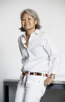 Portrait of confident businesswoman leaning on railing in office 11100041283| 写真素材・ストックフォト・画像・イラスト素材|アマナイメージズ