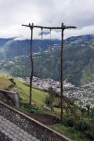 Swing on mountain against cloudy sky 11100041760| 写真素材・ストックフォト・画像・イラスト素材|アマナイメージズ